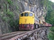 Eisenbahnfahrt am Fels entlang